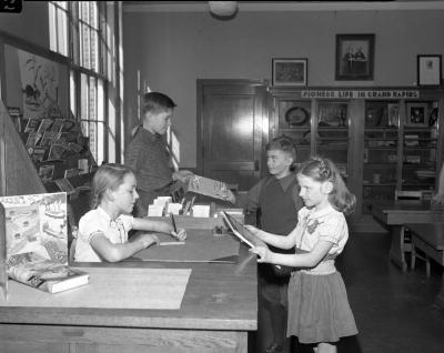 Alger School children in library